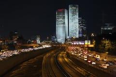 aviv晚上摩天大楼tel视图 免版税库存图片