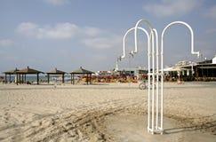 aviv海滩阵雨tel 免版税库存照片