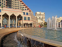 aviv以色列tel 在一个入口的喷泉对歌剧塔旅馆 免版税图库摄影