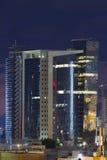 Aviv-Wolkenkratzer nachts. Lizenzfreie Stockfotos