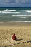 avivstrand som mediterar telefon Royaltyfria Bilder