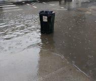 Avkloppöverflöd, soptunna som översvämmas under hällregn, NYC, USA Royaltyfri Foto