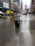 Avkloppöverflöd, soptunna som översvämmas under hällregn, NYC, USA Royaltyfria Foton