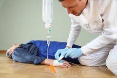 Avkok av en patient av en person med paramedicinsk utbildning Royaltyfri Foto