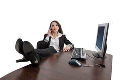 Avkopplad affärskvinna på telefonen Royaltyfri Bild