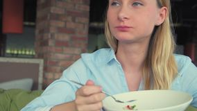 Avkopplad affärskvinna som har ett avbrott i kafé och äter lunch lager videofilmer