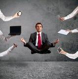 Avkopplad affärsman som gör yoga under arbetet arkivfoton