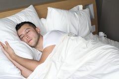Avkopplad etnisk man som sover som en behandla som ett barn royaltyfri foto