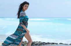 Avkopplad flicka som andas ny luft, emotionell sexig modell Near The Sea arkivfoton