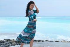 Avkopplad flicka som andas ny luft, emotionell sexig modell Near The Sea arkivbild