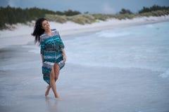 Avkopplad flicka som andas ny luft, emotionell sexig modell Near The Sea royaltyfria foton