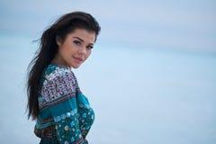 Avkopplad flicka som andas ny luft, emotionell sexig modell Near The Sea royaltyfria bilder