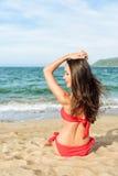 Avkopplad flicka som tycker om den tropiska stranden arkivfoto