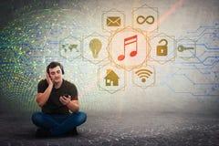 Avkopplad grabb som sitter på golvet som lyssnar lugna musik på hörlurar fotografering för bildbyråer