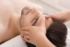 Avkopplad hälerimassage för ung kvinna på pannan royaltyfri fotografi