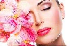 Avkopplad härlig framsida av en ung flicka med klar hud och rosa färger royaltyfri foto