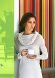 Avkopplad härlig kvinna som dricker kaffe Arkivbild
