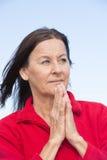 Avkopplad koncentrerad kvinna som ber händer Royaltyfri Bild