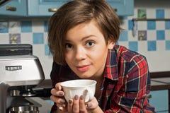 Avkopplad kvinna för barn som dricker kaffe Fotografering för Bildbyråer