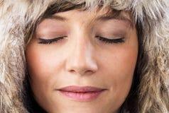 Avkopplad kvinna med stängda ögon Arkivfoton