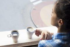 Avkopplad kvinna som dricker en kopp av coffe i morgonen Royaltyfri Fotografi