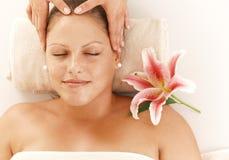 Avkopplad kvinna som får den head massagen Royaltyfria Bilder