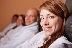 Avkopplad kvinna som ler i hälsa Fotografering för Bildbyråer