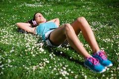 Avkopplad kvinnlig löpare som vilar och kopplar av Royaltyfri Bild
