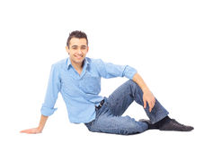 Avkopplad man som sitter på golvet Royaltyfri Fotografi