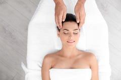 Avkopplad massage för kvinnahälerihuvud royaltyfri bild