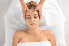 Avkopplad massage för kvinnahälerihuvud arkivbild
