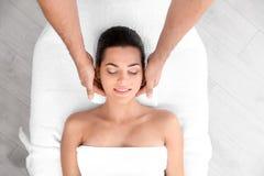 Avkopplad massage för kvinnahälerihuvud i wellnessmitt arkivbild