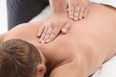 Avkopplad massage för manhäleribaksida arkivfoto