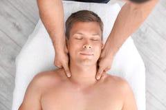 Avkopplad massage för manhälerihuvud royaltyfria foton