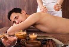 Avkopplad massage för manhäleriskuldra i brunnsort fotografering för bildbyråer