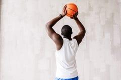 Avkopplad sportig grabbutbildning med bollen royaltyfri fotografi