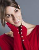 Avkopplad 20-talkvinna som trycker på hennes framsida för lycka Arkivfoton