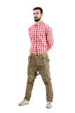 Avkopplad ung hipster som poserar med händer på baksidan Royaltyfri Foto