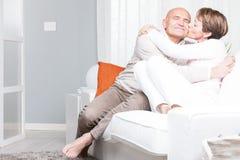 Avkopplade barfota medelåldersa par för romantiker Royaltyfri Foto