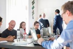 Avkopplat informellt möte för lag för startup företag för IT-affär Royaltyfri Foto