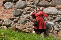 Avkopplat lyckligt mognar den utomhus- väggen för kvinnan Royaltyfri Foto