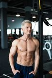 avkoppling för pilates för bollbegreppskondition Muskulös och sexig torso av den unga mannen som har den perfekta sex packeabs-,  fotografering för bildbyråer
