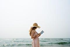 Avkoppling läsande Conce för semester för strandsommarferie resande arkivfoto