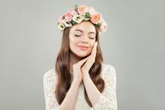 Avkoppling och aromatherapybegrepp Nätt ung kvinna med klart koppla av för hud och för blommor arkivbilder