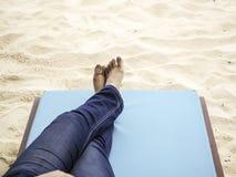 Avkoppling p? stranden royaltyfri fotografi