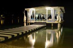 Avkoppling som bygger nära stranden i nattbelysning royaltyfri fotografi