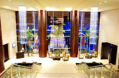 Avkopplingstolar på lobbyen av det lyxiga hotellet Royaltyfri Foto