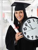 avlägga examen för diplomflicka Royaltyfri Foto