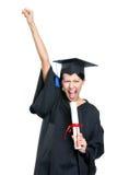 Avlägga examen studenten som gör en gest näven med diplomet Arkivbilder
