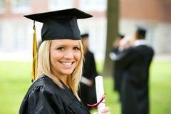 Avläggande av examen: Nätt kvinnligkandidat arkivbild